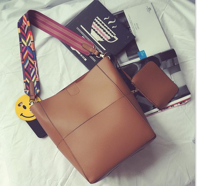 [ พร้อมส่ง ] - กระเป๋าสะพายไหล่แฟชั่น สีน้ำตาลเรโท ทรงถัง + กระเป๋าใบเล็ก 1 ใบ ดีไซน์สวยเรียบหรู ดูดี งานหนังคุณภาพดี พร้อมสายสะพายสุดเก๋