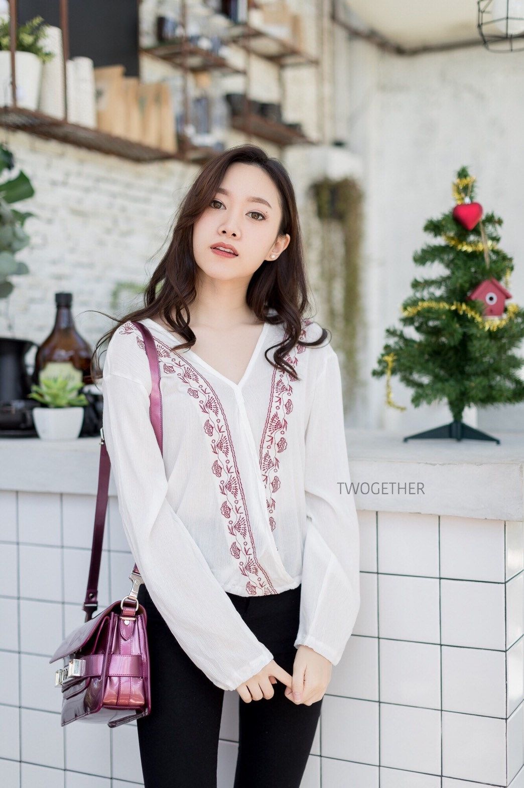 เสื้อผ้าเกาหลีพร้อมส่ง V x Embroidered เสื้อคอวีไขว้ด้านหน้า