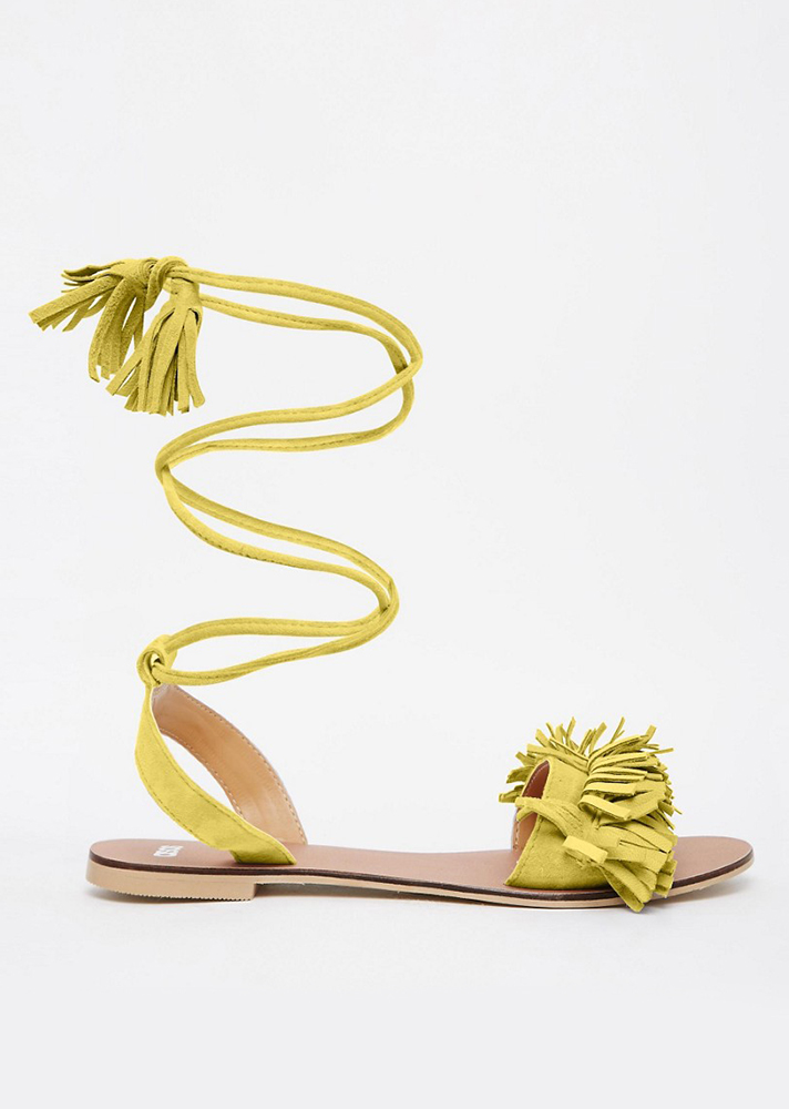 รองเท้าส้นแบนประดับเชือกแบบพันขึ้นมาสูงๆ แถมด้วยพู่น่ารักเล็กๆ