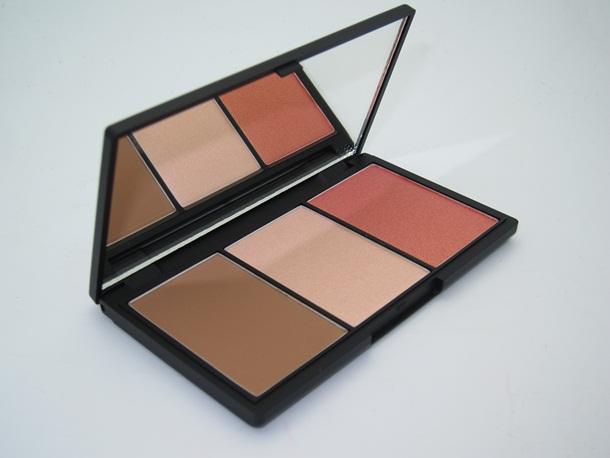 Sleek Face Form Contouring and Blush Palette # Fair ประกอบด้วยคอนทัวร์ ไฮไลท์ บรัชออนสี Rose Gold ใน 1 เดียว