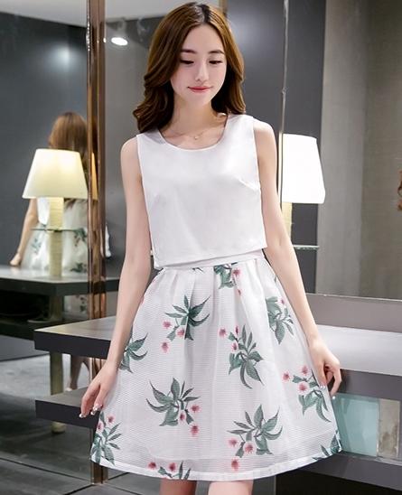 ชุดเดรสสีขาวกระโปรงลายใบไม้สีเขียว แขนกุด แนวเกาหลี ลุคสาวสวยหวานน่ารัก ดูสดใส