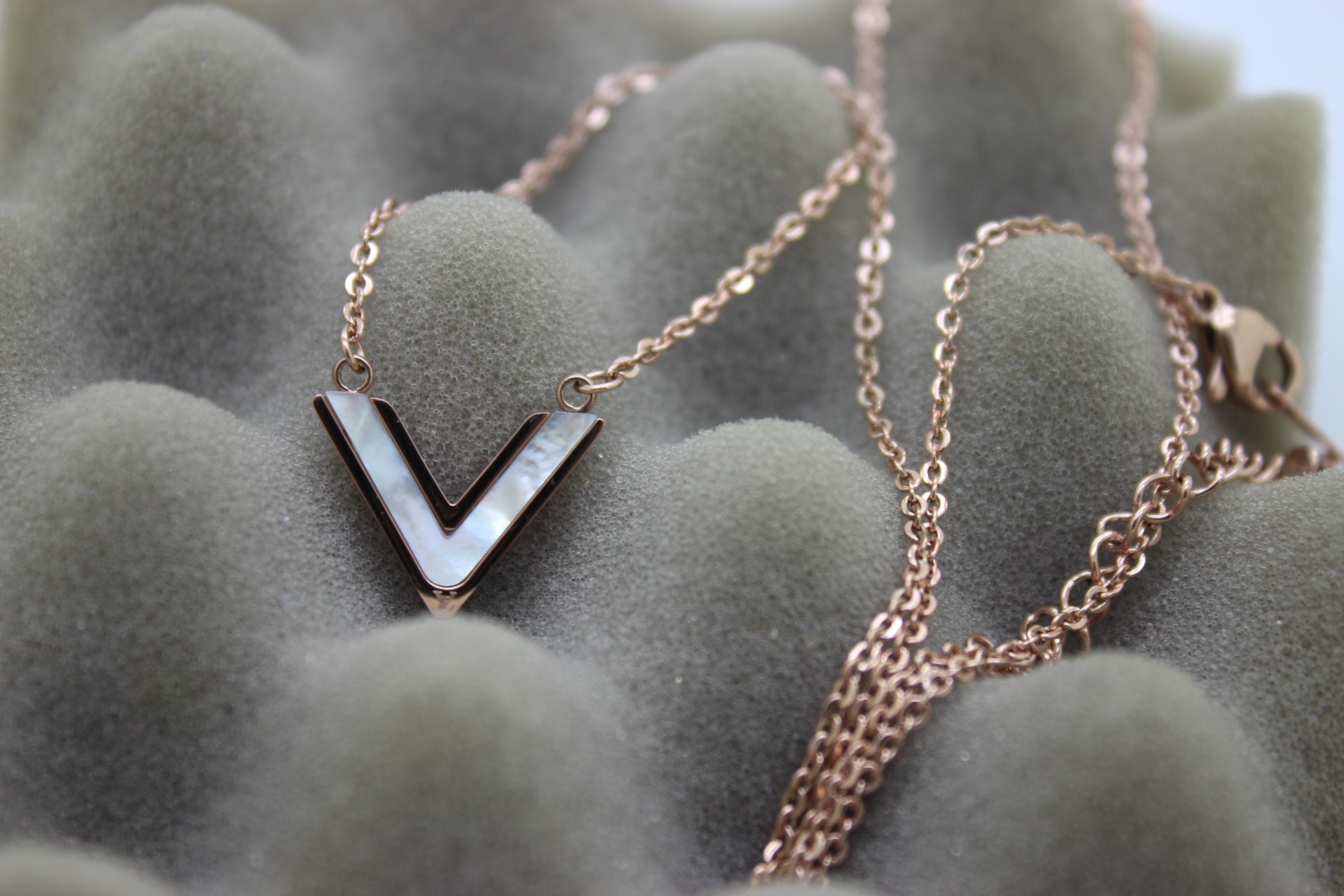 Super V Noir necklace