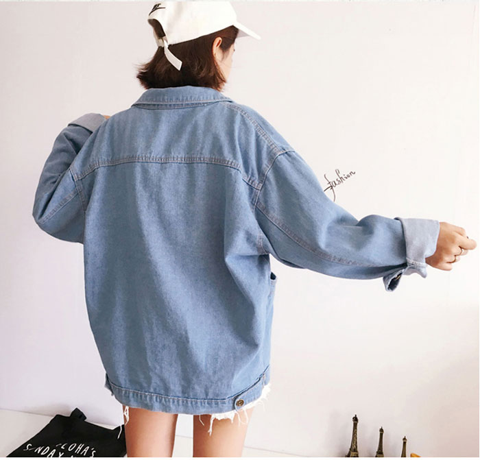 เสื้อยีนส์ผู้หญิง แจ็คเก็ตยีนส์ เสื้อคลุมยีนส์ แฟชั่นสไตล์เด็กอาร์ต แขนยาว มีกระเป๋า 4 เป๋า คอปก ใส่โคร่งๆ อาร์ตเท่ๆ ผ้ายีนส์สวยมากๆ เลยจ้า