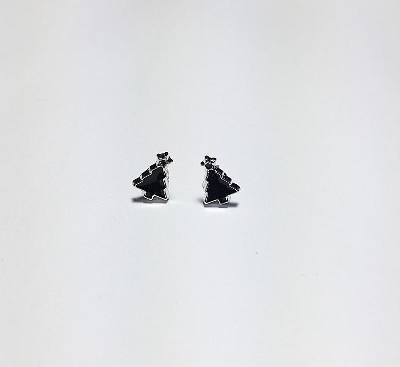 ต่างหู ต้นคริสต์มาสสีดำขอบเงิน แบบติดหู เล็กๆ น่ารัก