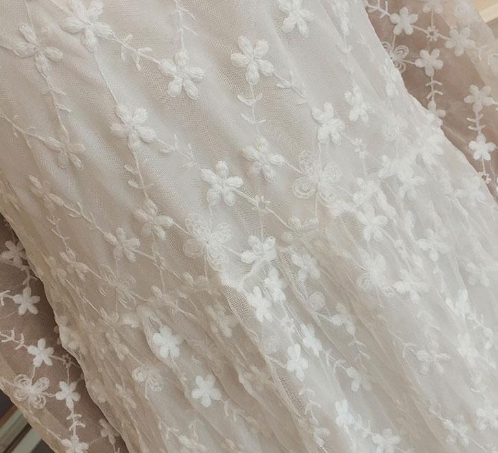 ชุดเดรสยาวผ้าลายลูกไม้สวยๆ ชุดกระโปรงลูกไม้ออกงาน แฟชั่นสไตล์เกาหลี มีสีขาว แขนยาว คอฉลุลูกไม้ แต่งลายดอกไม้น่ารักๆ มีซับใน ใส่สบาย ใส่ออกงานสวยเลิศมากค่ะ