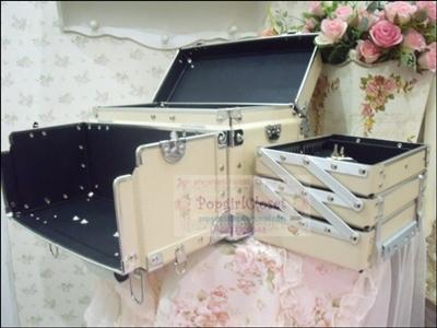 กระเป๋าเครื่องสำอาง Make up Box Korea Style Makeup Artist Design สีเบจ รุ่นนี้แยกถาดออกมาใช้งานด้านนอกได้ด้วยค่ะ สะดวกสุดๆ ฮิตในซีรี่ยส์เกาหลีหลายเรื่อง (Pre-order)