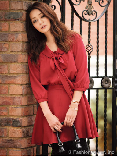 *พร้อมส่ง*ชุดเดรสสั้นแฟชั่นเกาหลีผ้าฝ้ายสีแดงเนื้อผสมคล้ายไหมกระดุมหน้าช่วงเสื้อแต่งจีบผูกโบว์ที่คอเสื้อ